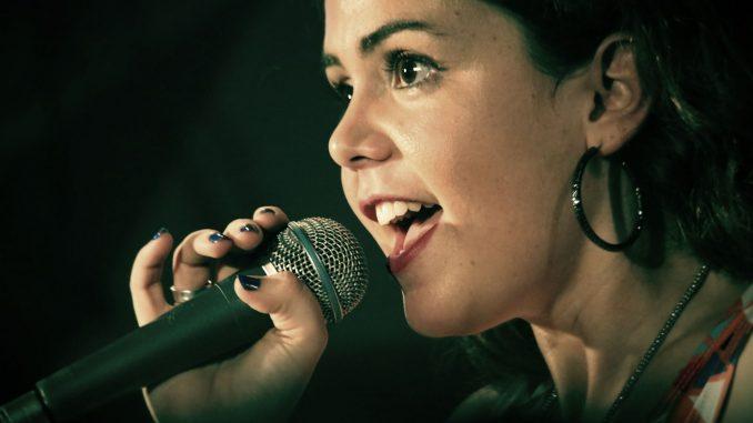 Sängerin - Bild: singer-1047531_1280 von pixabay