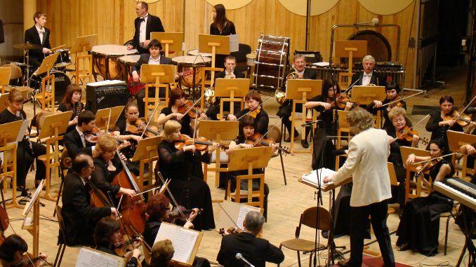 Führungskräfte sollten ein Unternehmen führen wie ein guter Dirigent ein Orchester - MUSIKALISCHES RESONANZ TRAINING mit Dr. Bernd Michael Sommer