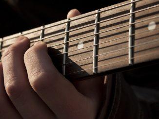 Gitarrengriffbilder für die sieben modalen Tonarten: Ionisch, Dorisch, Phrygisch, Lydisch, Mixolydisch, Aeolisch, Lokrisch.