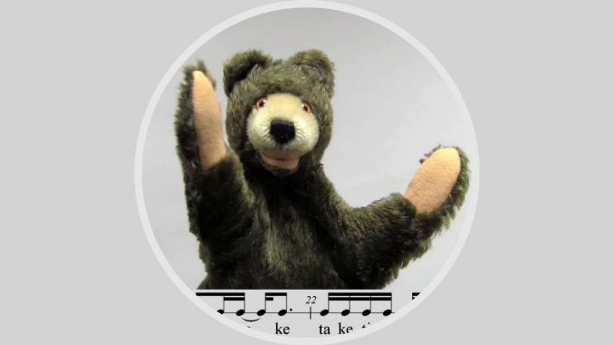 Sechzehntelnoten sind für den Rhythmusbären Bruce kein Problem. In Folge 2 des Rhythmusalphabets klatscht er mit unnachahmlicher Eleganz und ansteckendem Groove.